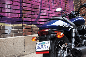 The Street 750 has teardrop-shaped front and rear indicators that match the shape of its gas tank.