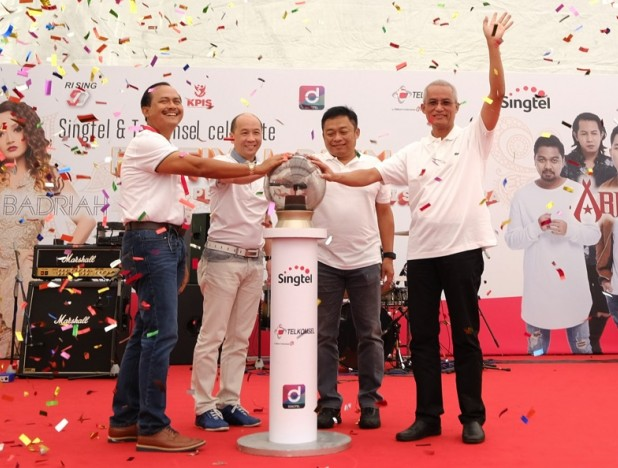Left to right: Mr Ngurah Swajaya, Indonesia's ambassador to Singapore; Mr Yuen Kuan Moon, CEO, Consumer Singapore, Singtel; Mr Ririek Adriansyah, CEO, Telkomsel; and Mr Gilarsi Wahju Setijono, President Director, PT POS Indonesia at the launch of Singtel Dash's new mobile remittance service. Photo: Singtel